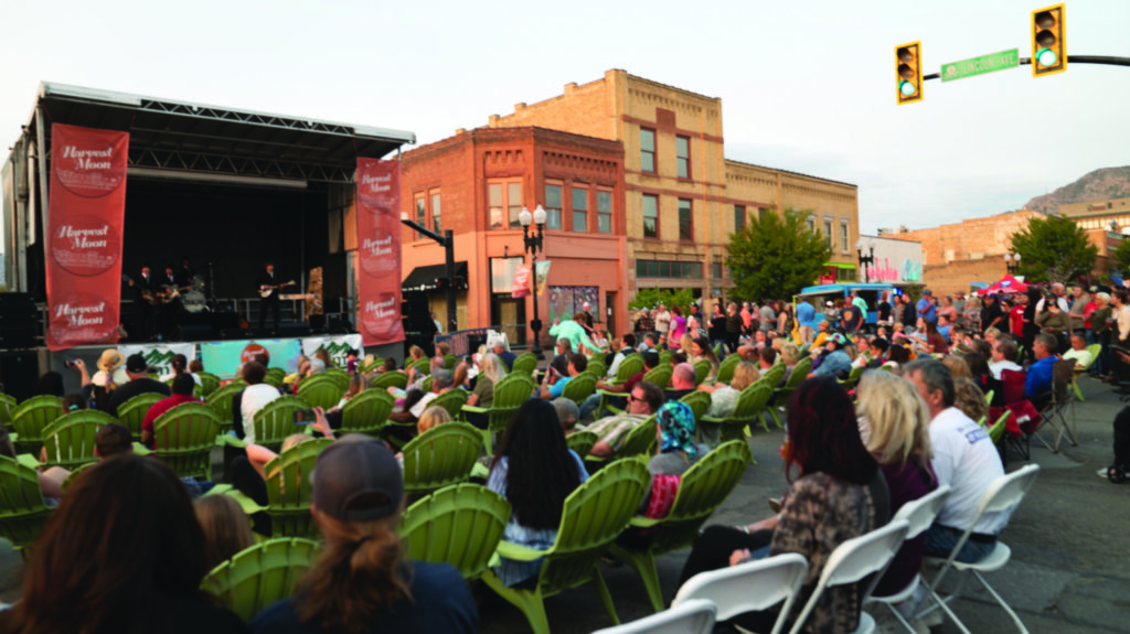 Live music and outdoor seating was easily accessible for festival goers. (Lisa Rajigah/The Signpost)